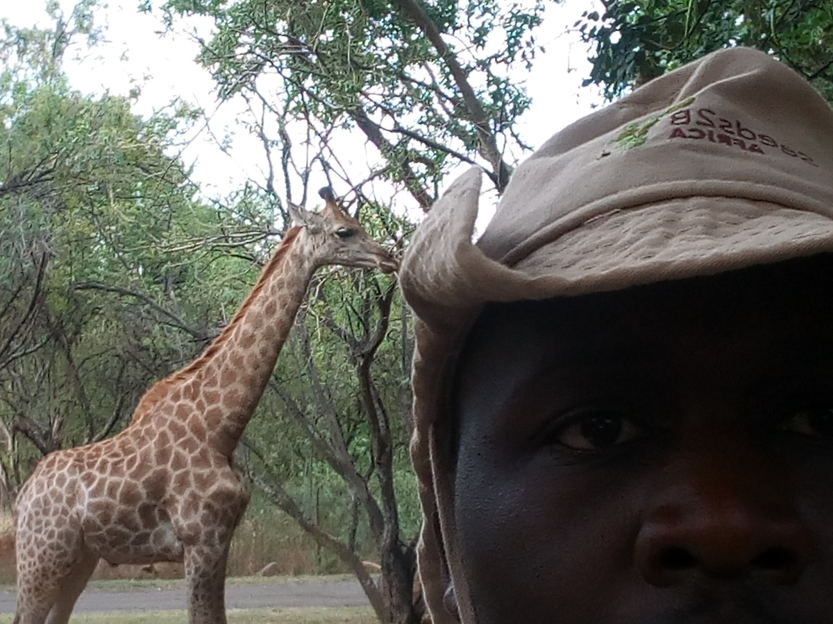 A SELFIE WITH THE GIRAFFEE