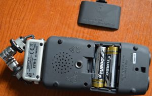 H5 Zoom Handy recorder showing the compartment where alkaline batteries are fixed.