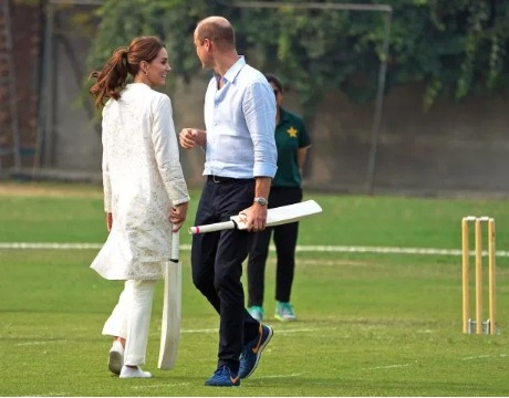 Prince William and Kate Middleton play cricket during their Pakistan visit