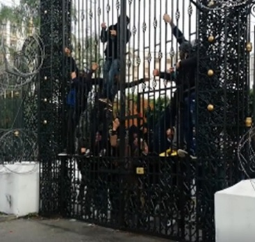 Unemployed youth in Tunisia threaten to commit mass suicide outside parliament