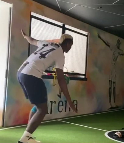 Paul Pogba supports Matuidi by training in Juve shirt