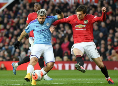 Sergio Aguero suffers a thigh injury in the Manchester Derby