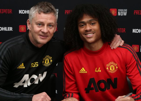 Tahith Chong signs a new contract at Manchester United