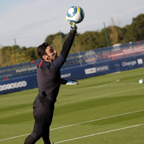 PSG sign Spanish goalie Rico after 1-year loan spell